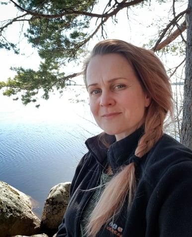 Netprofilen ensimmäiseksi visuaaliseksi suunnittelijaksi hyppää Marja Sänkiaho selfie